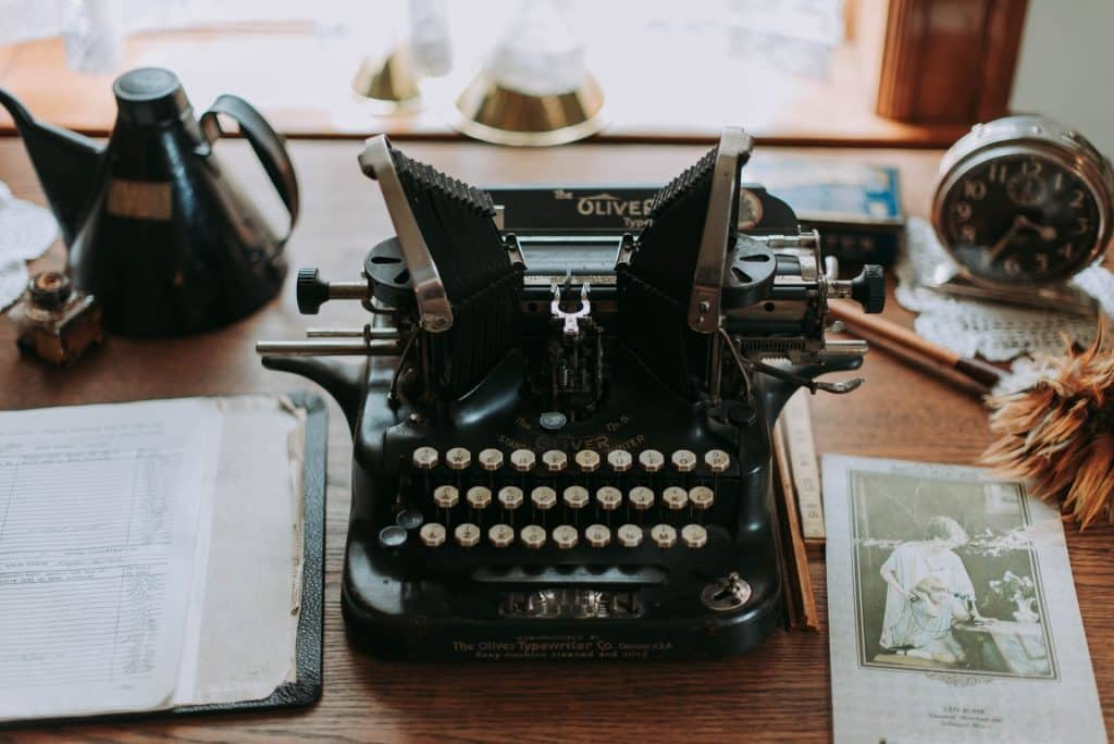 Retro pisaća mašina: grandmillennial stil uređenja doma